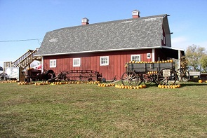 picture of barn in fall w pumpkins
